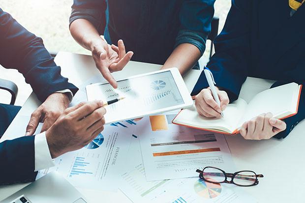 1 expert ADICI utilise ADI-Algo pour établir la check-list complète de déménagement d'entreprise
