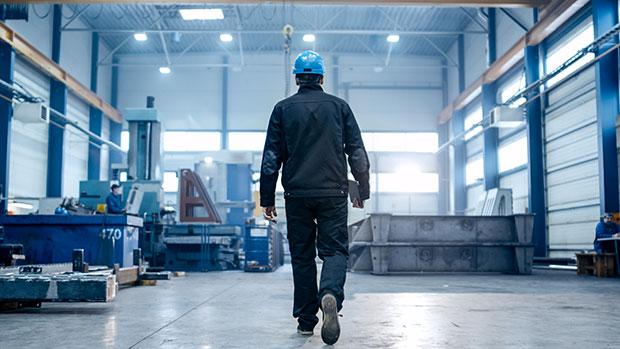 Homme marche entrepôt