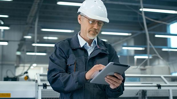 Homme casque tablette usine